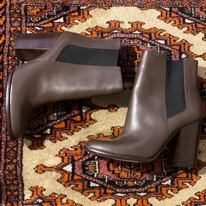 Leather Banana Republic Chelsea heeled bootie